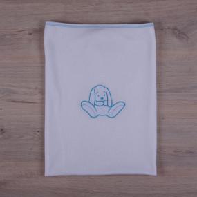 Плед вязанный на хлопковом подкладе Зайка (85 на 100 см), белый с голубой вышивкой